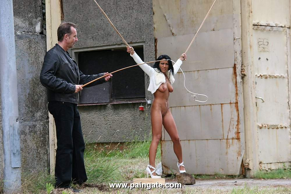 связанные голые женщины издевательство фото