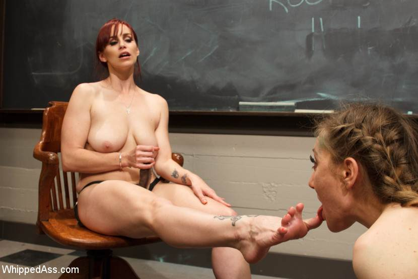 порно служанка лижет ноги