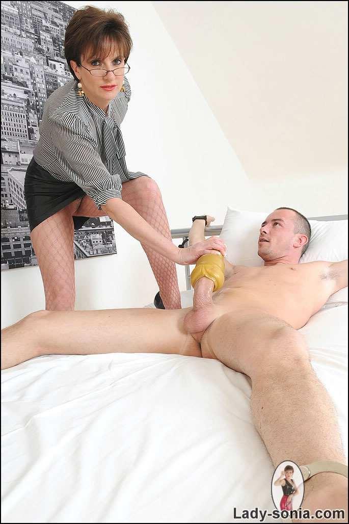 мужик трахается с мастурбатором