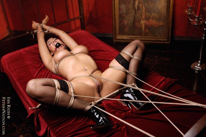 фетиш фото привязанной голой девушки к кровати